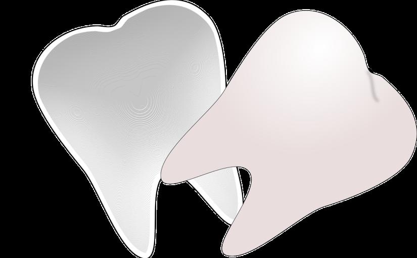 Ładne urodziwe zęby także olśniewający prześliczny uśmieszek to powód do dumy.